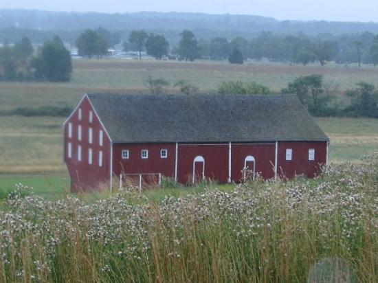 Gettysburg Battlefield Bus Tours: old barn in battlefield area