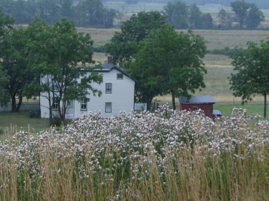 Gettysburg Battlefield Bus Tours: old house in battlefield area
