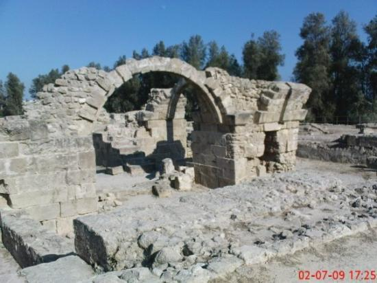 ปาฟอส, ไซปรัส: The ruins of Saranda Kolones, named after the number of granite columns found lying around Papho