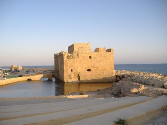 ปาฟอส, ไซปรัส: View of Pafos Fort on a cool evening day