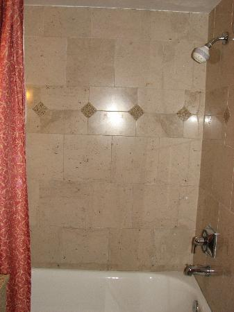 Humphreys Half Moon Inn: The bath tub is very slippery ... proceed with caution !:)