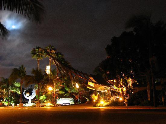 Humphreys Half Moon Inn: Hotel entrance at night