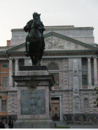Mikhailovskiy Castle Historical Museum: Statuen av Peter den store.Forran Engineer`s Castel