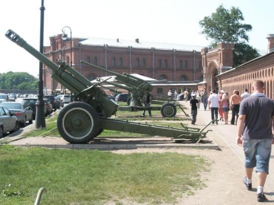 Military Historical Artillery Museum: Utenfor Millitary Museum.