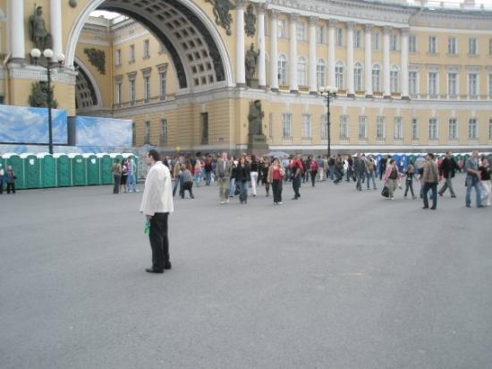 Palace Square (Dvortsovaya Ploshchad): Noen bilder fra  Alexander Colunn - Dvortsovaya Pl.