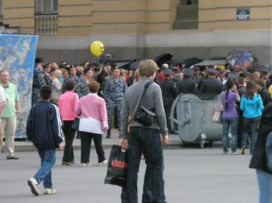 Palace Square (Dvortsovaya Ploshchad): Det var ikke lov og ha med seg noe alkohol men det var det noen som klarte og smugle inn. Det va