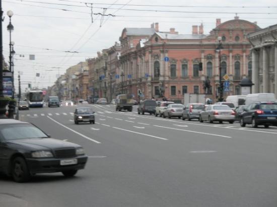 เนฟสกีพรอสเพคท์: Nevskiy Prospekt. Hoved gata i St.Petersburg, Her var det mye traffik til tider så politiet var