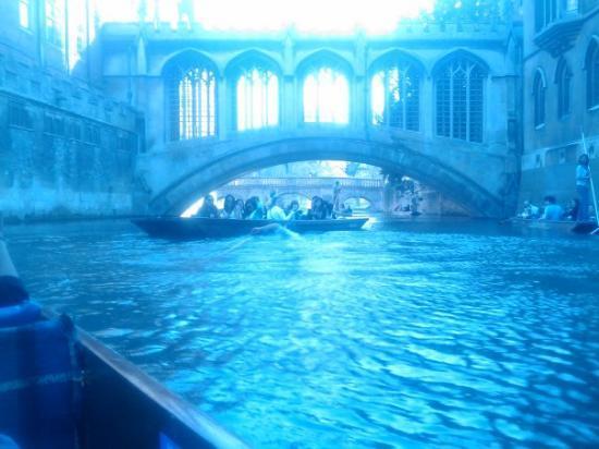 เคมบริดจ์, UK: celle là j'adore, style gondole de venise avec un guide ou à la barbare soit même. bilan un gars