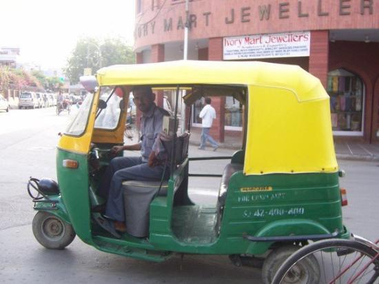นิวเดลี, อินเดีย: An AUTO rickshaw (not taxi or regular rickshaw)