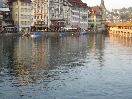 ลูเซิร์น, สวิตเซอร์แลนด์: Lucerne, Switzerland, with the chapel bridge to the right (check out that glistening water!)