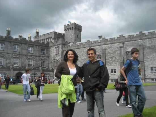 คิลเคนนี, ไอร์แลนด์: Kilkenny Castle in Ireland (Maz with cousin Rebeka)