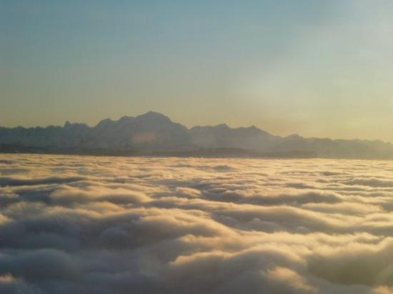 เซอร์แมท, สวิตเซอร์แลนด์: Approaching GVA we see the ALPS to the east and there is fog below.