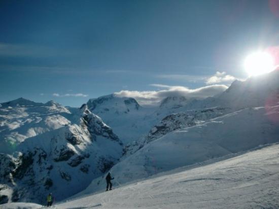 เซอร์แมท, สวิตเซอร์แลนด์: Clouds made a funny enclosure over a valley.