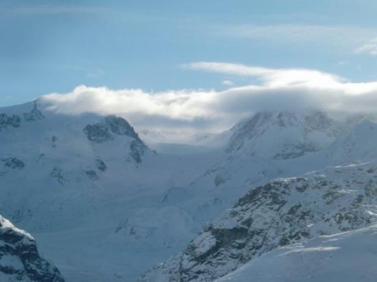 เซอร์แมท, สวิตเซอร์แลนด์: A closeup of  the valley/glacier enclosed.