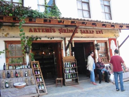 Sirince, ตุรกี: Şirince is a little town, where its wine is popular. It is a wine store.