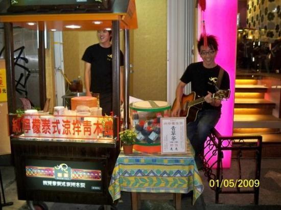 ไทเป, ไต้หวัน: 為了引人注意,有店員用結他及歌聲叫賣