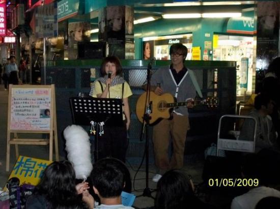 ไทเป, ไต้หวัน: 西門町內有人在空地表演