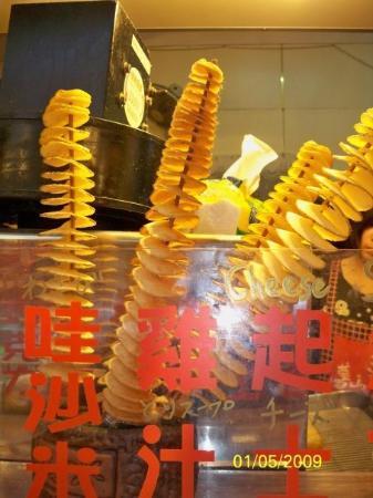 ไทเป, ไต้หวัน: 這是將薯仔去皮,然後刨成一片,再串成一條