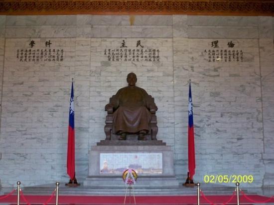 ไทเป, ไต้หวัน: 中正紀念堂內的蔣介石銅像,背後有「倫理、民主、科學」的理念(雖然蔣公沒有民主的概念)