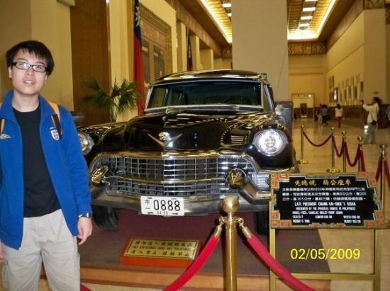 ไทเป, ไต้หวัน: 我身後的汽車是由菲律賓華僑送增給蔣介石的,亦是由美國通用汽車(GM)1955年生產的
