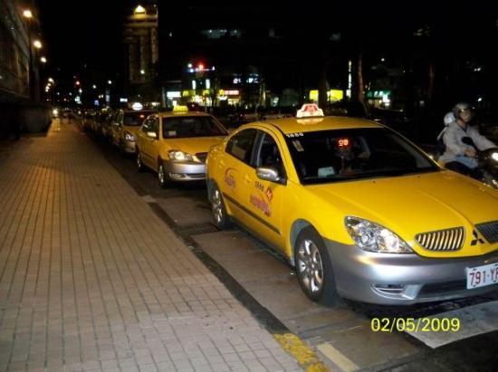 ไทเป, ไต้หวัน: 車站外的士排成一條車龍