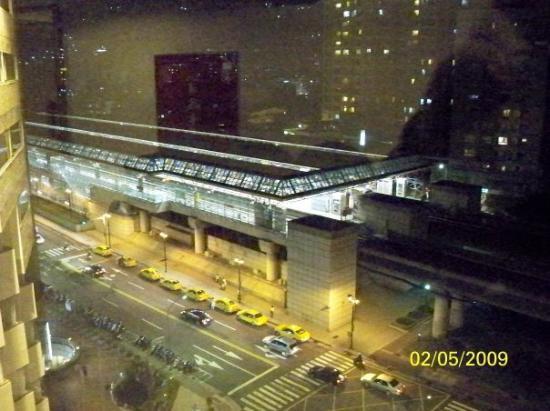 ไทเป, ไต้หวัน: 在酒店的玻璃窗外拍攝北投車站