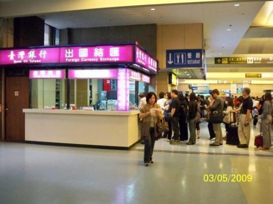 ไทเป, ไต้หวัน: 回家在即,兌換貨幣的店舖出現人龍