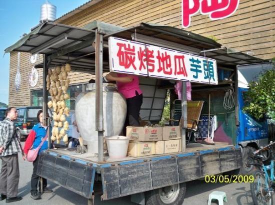 ไทเป, ไต้หวัน: 用瓷器燒蕃薯及芋頭