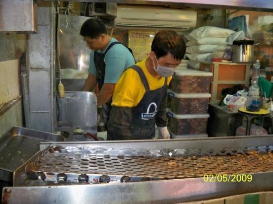ไทเป, ไต้หวัน: 裏面的人正醃製及炸雞排