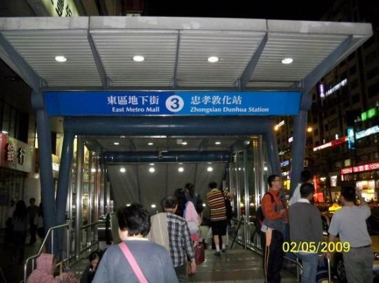 ไทเป, ไต้หวัน: 由忠孝敦化站乘捷運回到北投