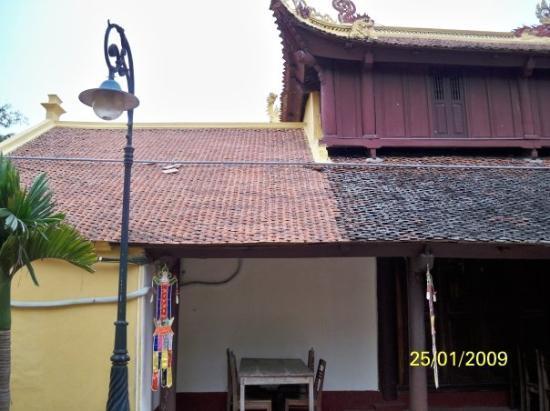 ฮานอย, เวียดนาม: 屋頂上瓦片有兩種顏色,紅色與黑色