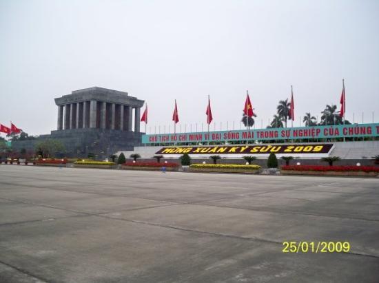 ฮานอย, เวียดนาม: 胡志明陵寢旁的越南文字是指2009年新春快樂