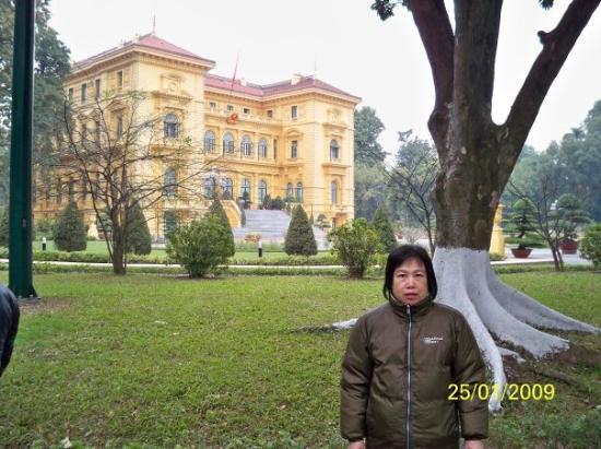 ฮานอย, เวียดนาม: 黃色的建築物是主席府(當地人稱為胡志明故居),在法國殖民管治時是總督府,越南人趕走法國人後,這裏成為越南領導人的官邸,胡志明人生的最後15年(1954-1969)都住在那裏