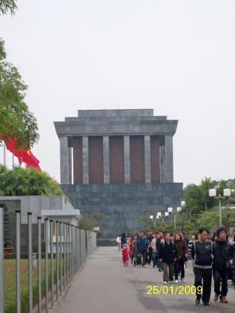 ฮานอย, เวียดนาม: 這是巴亭廣場,位處河內政治圈。相中的蘇聯式建築物是胡志明陵寢,裏面安放了胡志明的遺體。每日有憲兵把守陵寢門口,憲兵每小時換一次更,每天24小時,風雨不改