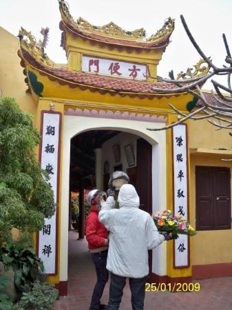 ฮานอย, เวียดนาม: 鎮國寺內竟然有「方便門」,是否可以入去「方便方便」呢?