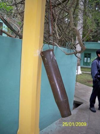 ฮานอย, เวียดนาม: 北越時代的防空警報,是由彈殼製成。當敲3次時,表示敵機在1500公里內,敲2次表示敵機在1000公里內。會送領導人到安全地方暫避