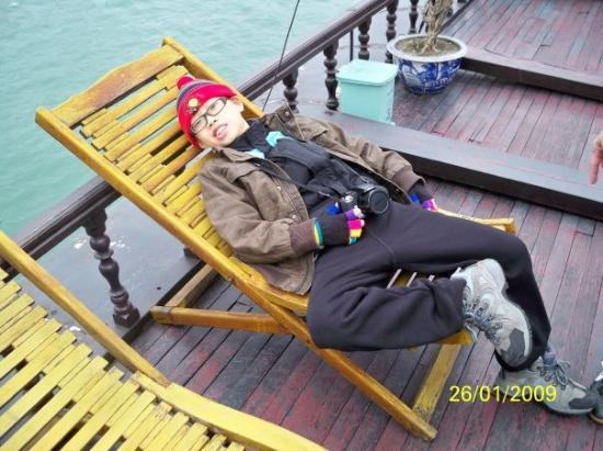 ฮาลองเบย์, เวียดนาม: 一隻睡美狗躺在甲板上
