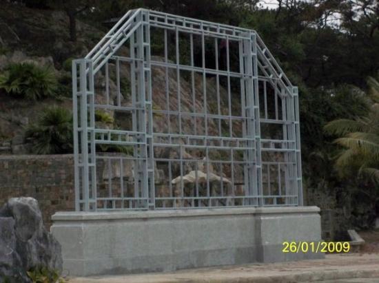 ฮาลองเบย์, เวียดนาม: 只有一個鐵架的招牌你見過嗎?