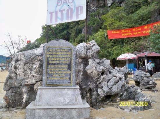 ฮาลองเบย์, เวียดนาม: 天堂島的石碑,大概是講述天堂島的由來(純粹猜測)