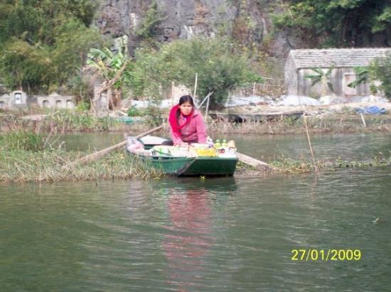 ฮานอย, เวียดนาม: 又有人在艇上擺買