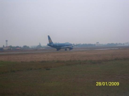 ฮานอย, เวียดนาม: 在我們前面在一架越南航空的航機準備起飛