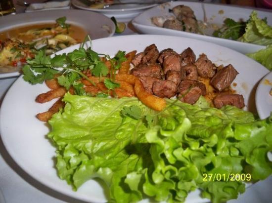 ฮานอย, เวียดนาม: 越南牛肉加薯條,牛肉非常老身,因為當地人驚煮唔熟,所以有咁老煮咁老