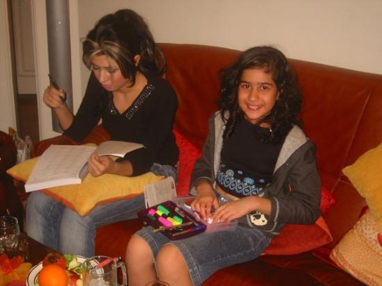 เตหะราน, อิหร่าน: Cousins Paniz and Rojeen in Iran