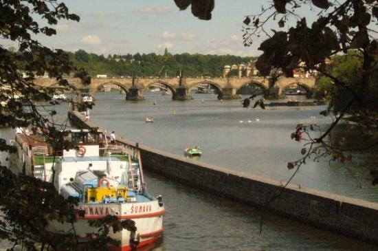 สะพานชาร์ลส์: Vltava river and Prague's famous St Charles Bridge
