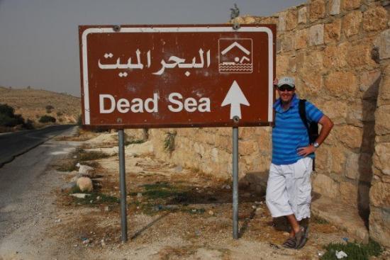 อัมมาน, จอร์แดน: A route marker to the Dead Sea, taken at Mount Nebo, close to Amman.
