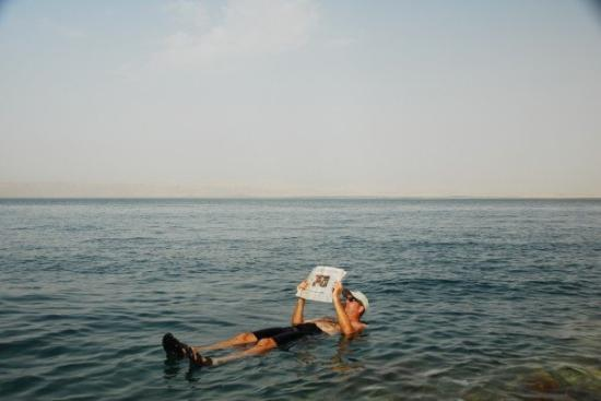 โรงแรมเคมปินสกี้ อิชทาร์ เดดซี: Floating in the Dead Sea - notice how easy it is to stay afloat, due to the high salt content of