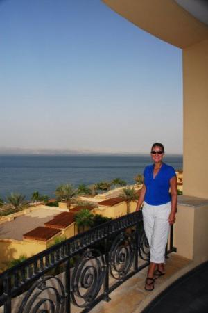 โรงแรมเคมปินสกี้ อิชทาร์ เดดซี: Overlooking the Dead Sea, from the breakfast deck at the Kempinski Resort where we stayed for th