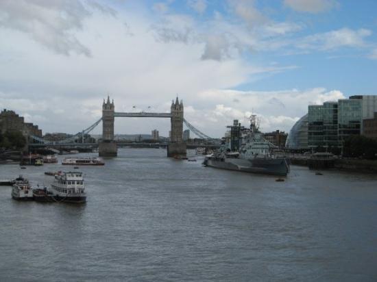 สะพานทาวเวอร์บริดจ์: Tower Bridge.. ja sotalaiva? Onnistuttiin sitten missaamaan yksi nähtävyys.