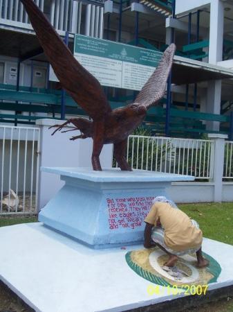 พอร์ตวิลา, วานูอาตู: Local painting on a sculpture in Port Vila