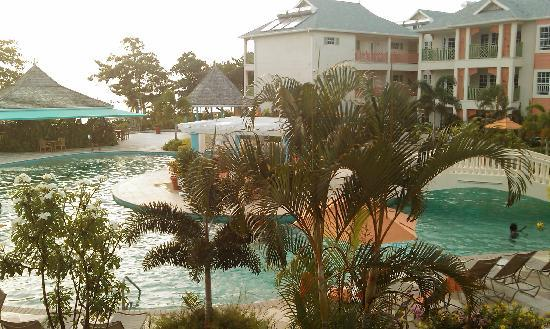 Bay Gardens Beach Resort: suite overlooking the pool